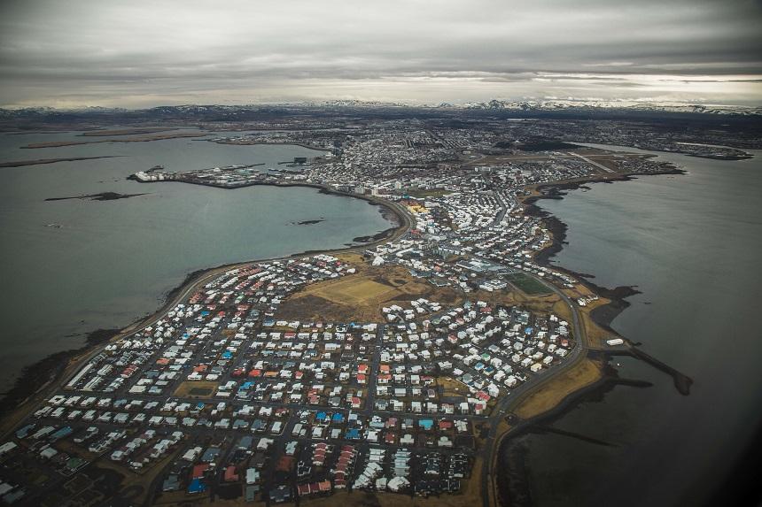 Reykjavik vanuit de lucht voor een stopover in IJsland