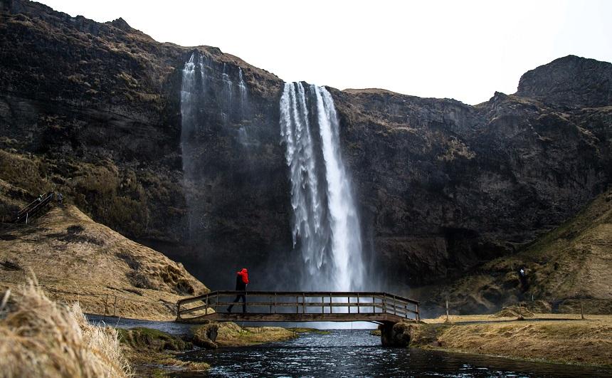 De bekende Seljalandsfoss waterval staat op menig toeristenfoto