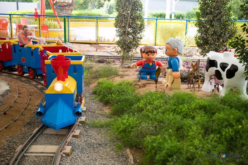 in het Duplo treintje in Legoland Dubai
