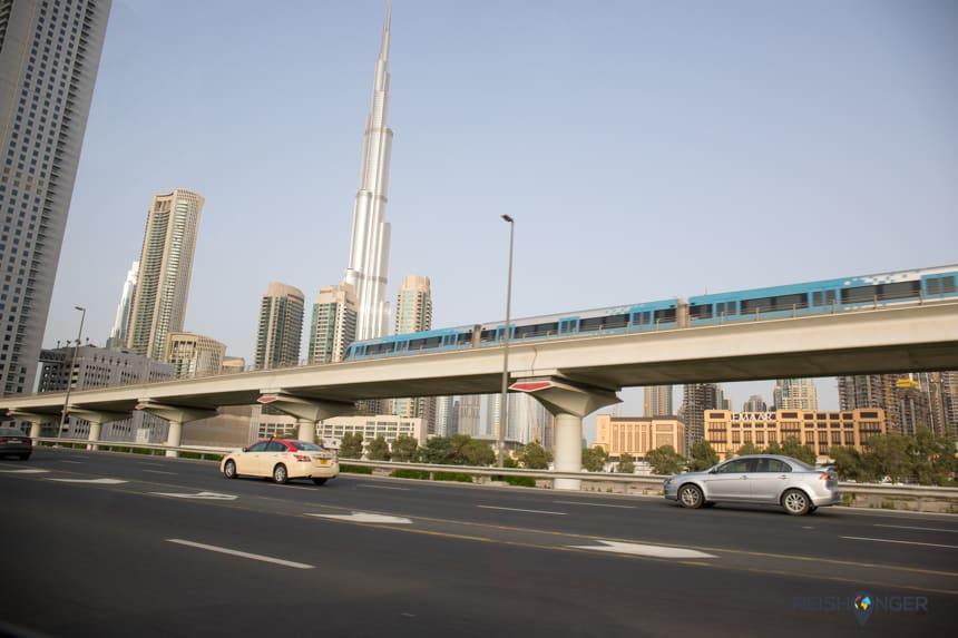 Het traject van de metro in Dubai loopt parallel aan de snelweg