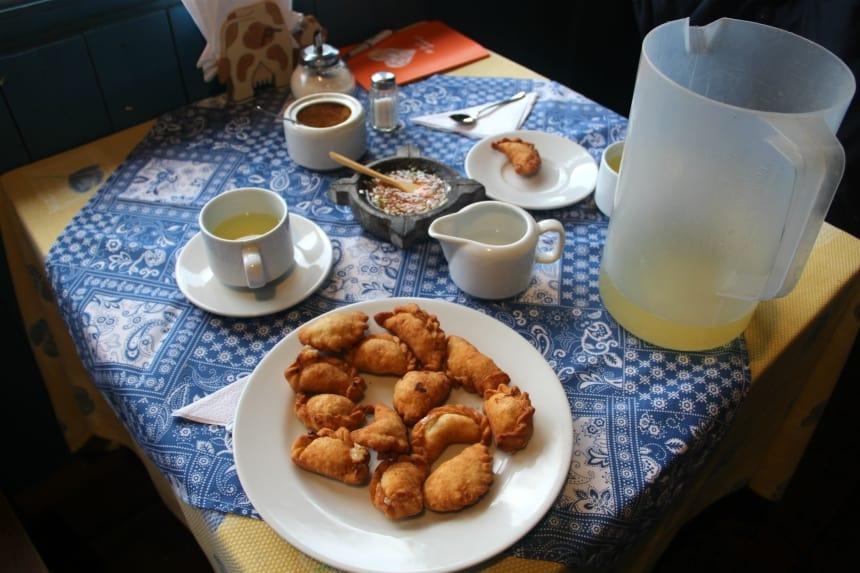 Leer empanaditas en canelazo maken tijdens een kookcursus in Ecuador