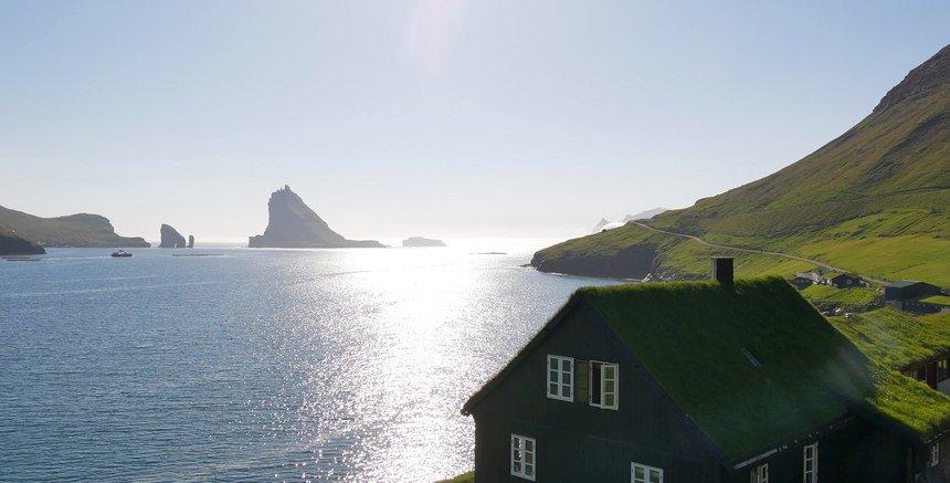 De huizen langs de ruige kust hebben grasdaken. Het kan hier echt stormen...