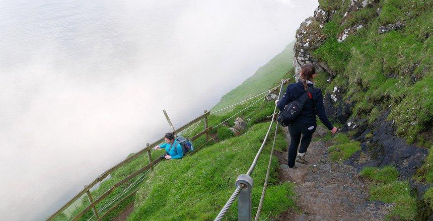 Op weg naar de papegaaiduikers klim ik langs steile kliffen omlaag en weer omhoog.