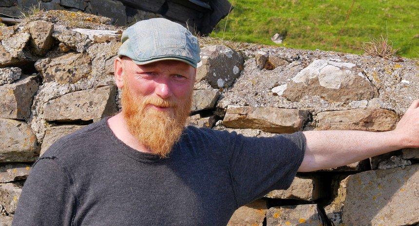 Boer Esberg op Mykines komt het eilandje nooit af en overleeft met zijn schapen.