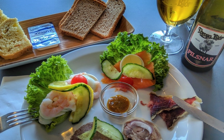 Het lokale diner bestaat uit garnalen, zalm en drie soorten schapenvlees.