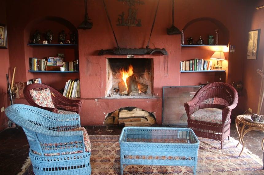Lekkere stoelen en een warm haardvuur: zo stel je je een verblijf in het koude Andesgebergte voor