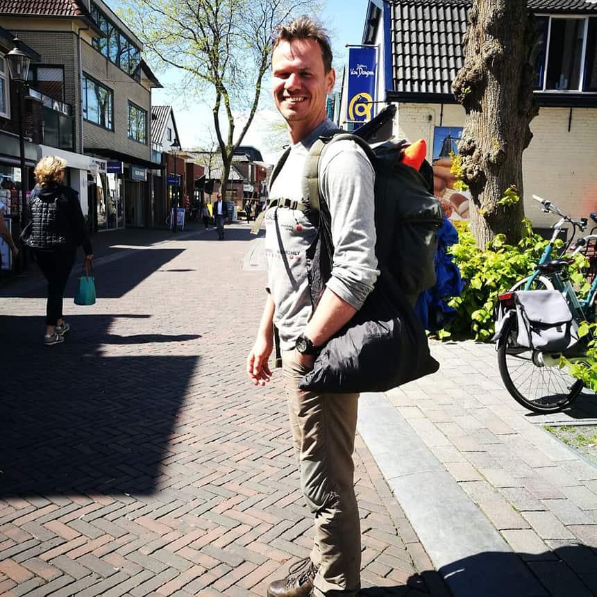 Henk van der Klok zoals hij zich prettig voelt: met een rugzak onderweg