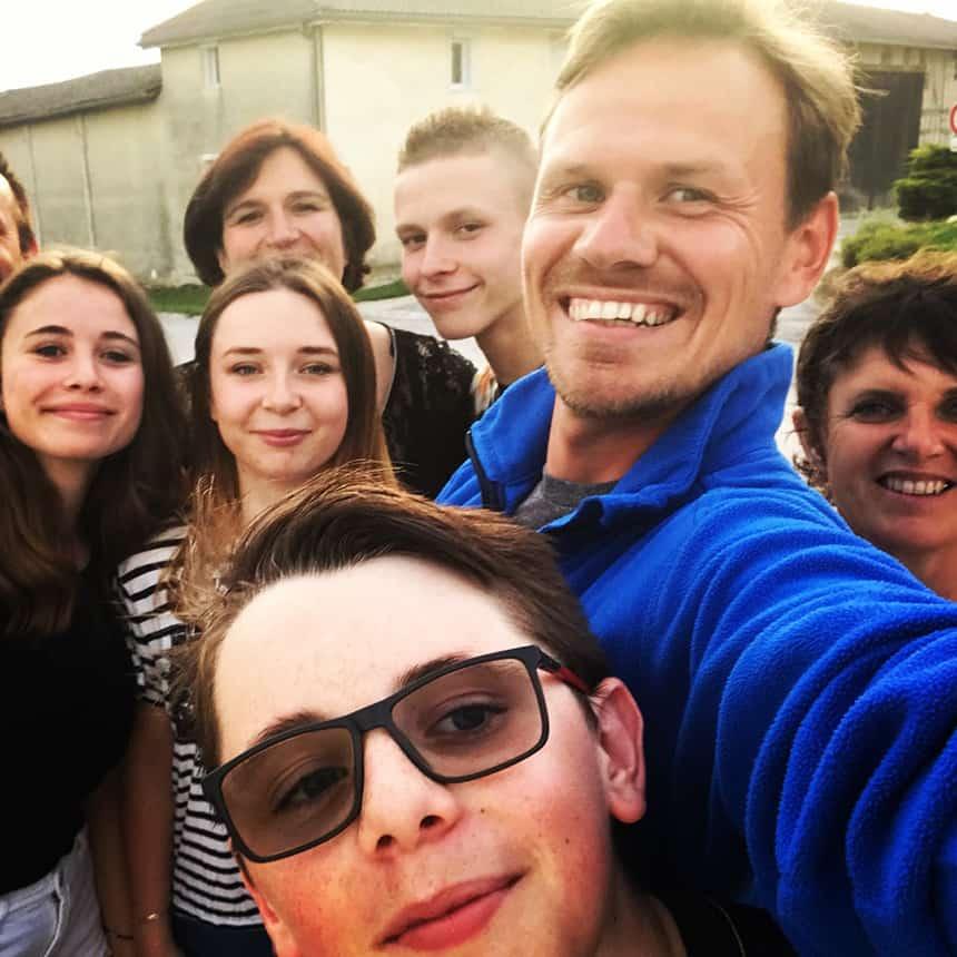 Henk met een groepje mensen die hij onderweg heeft ontmoet