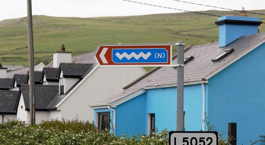 Het logo van de Wild Atlantic Way zie je overal.