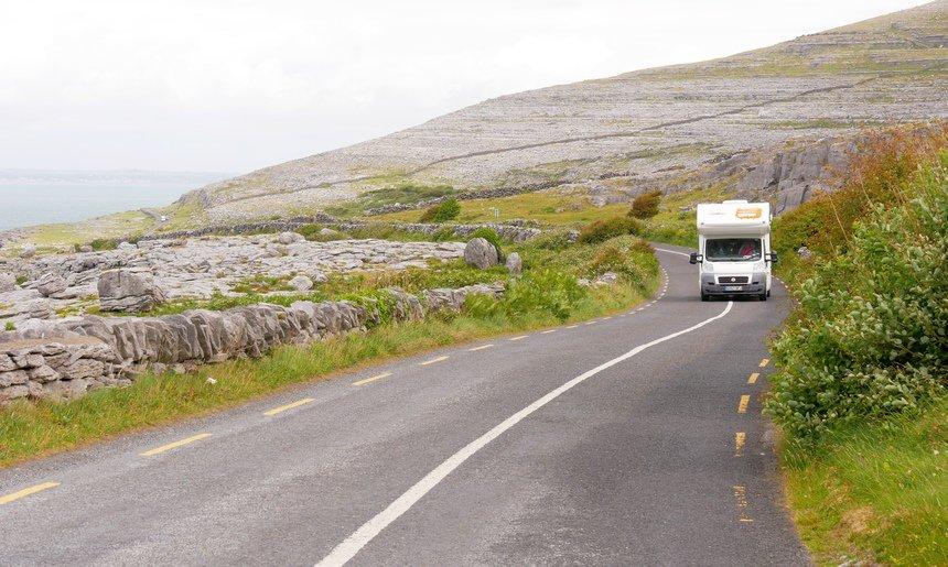 De wegen zijn smal maar je mag er gewoon 100 km/u.
