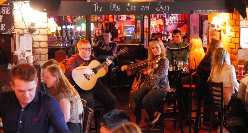 Studenten spelen Ierse muziek om wat bij te verdienen.