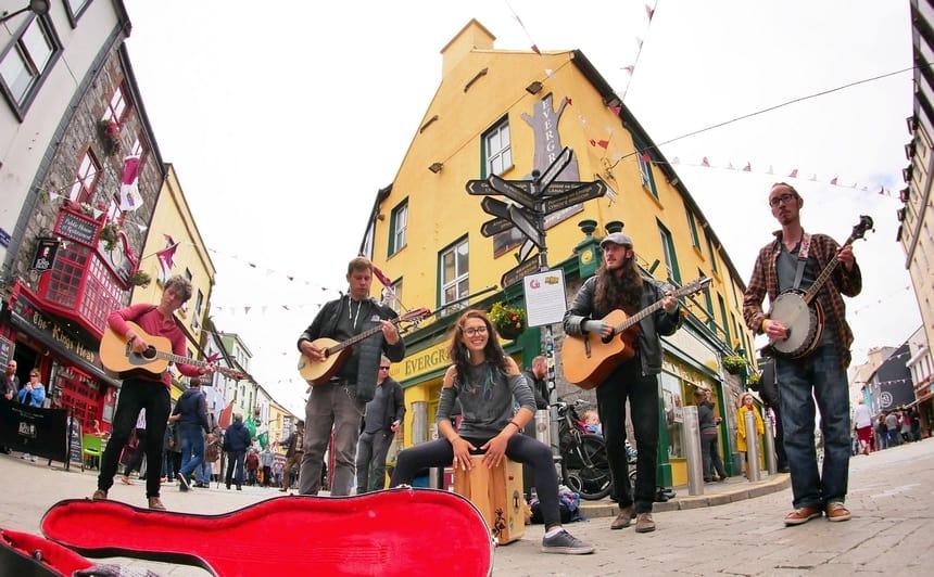 Muziek hoor je in Galway overal op straat.