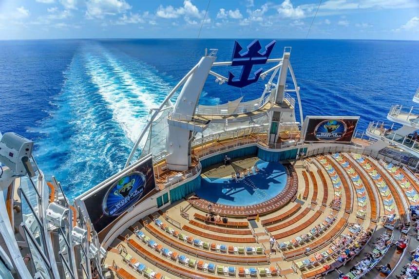 Een waanzinnig aqua-amfitheater aan de achterkant van het schip