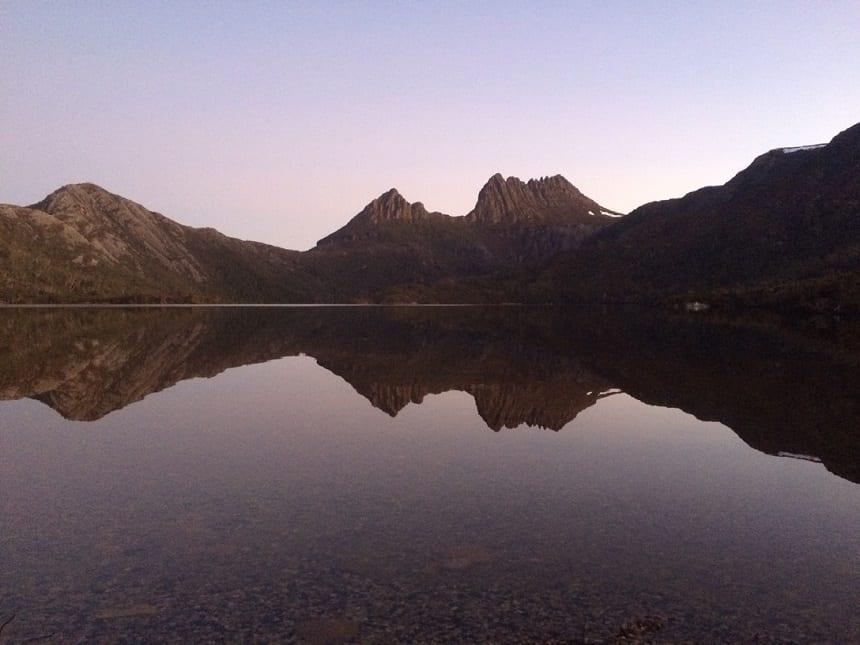 Het zicht op de Cradle Mountain in de avonduren