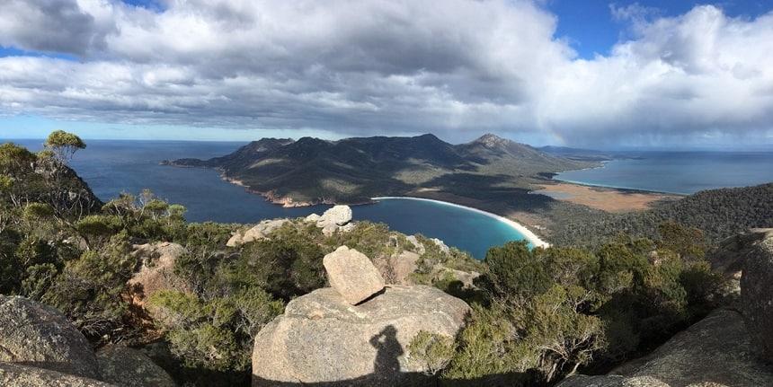 Het prachtige uitzicht over Wineglass Bay