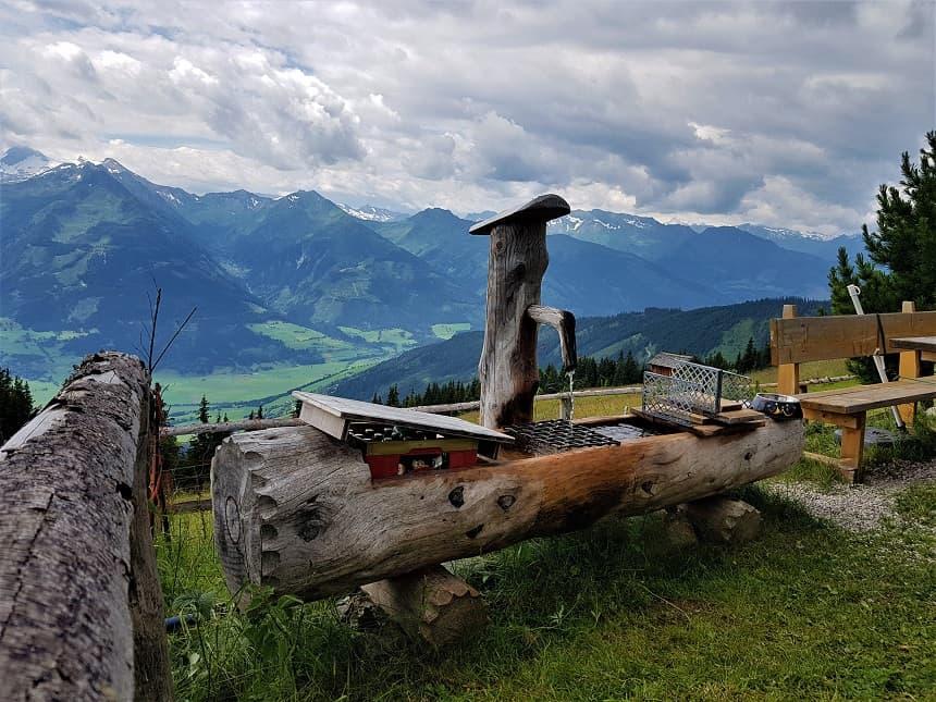 Perfecte manier van drinken koelen in de Oostenrijkse bergen