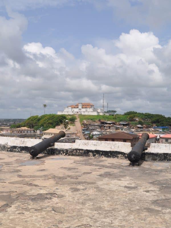 Uitzicht vanaf Elmina Castle op Fort Coenraadsburg