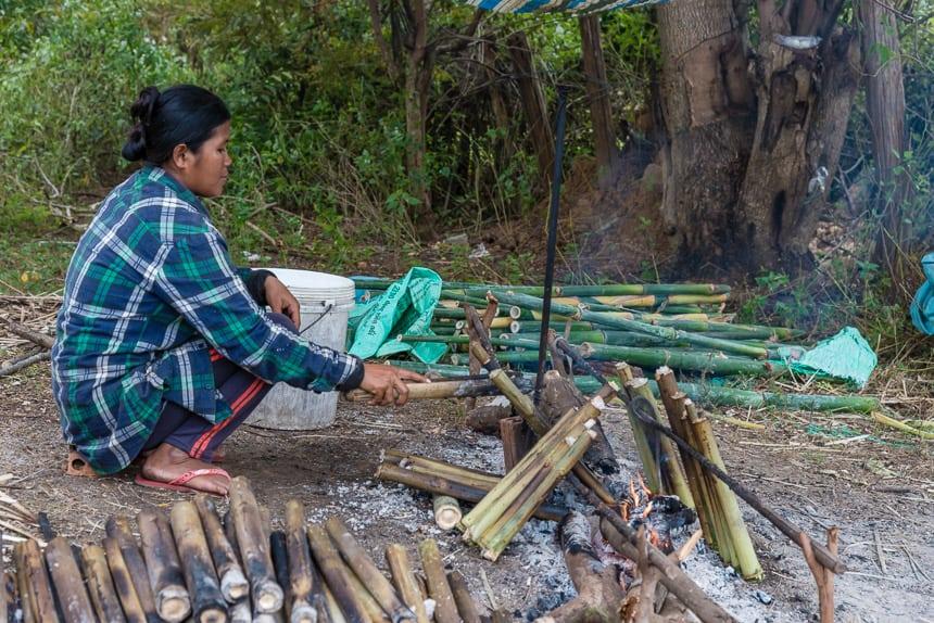 Kleefrijst wordt in bamboe kokers bereid