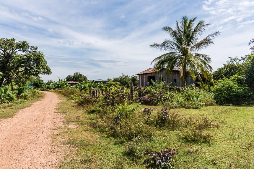 Aan de overkant van de Tonle San kom je langs kleine boerderijtjes