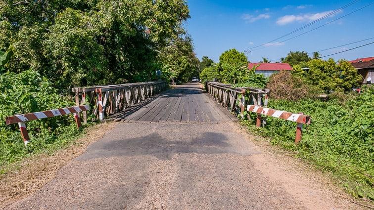 Stalen bruggen met houten planken