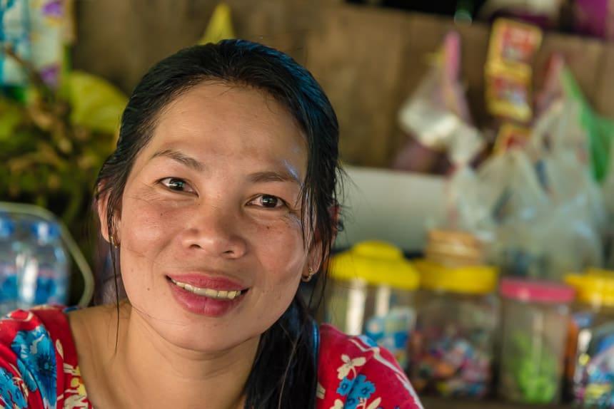 Vrouw in klein winkeltje in Kratie