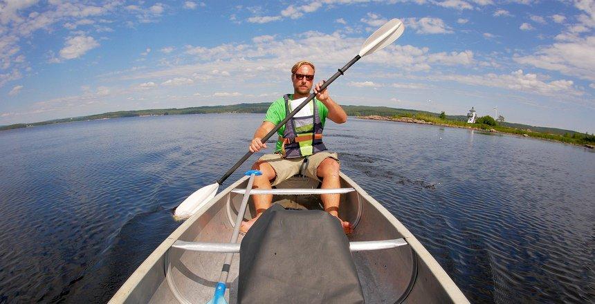 Kajakken op de meren bij Arvika is een veilig avontuur.
