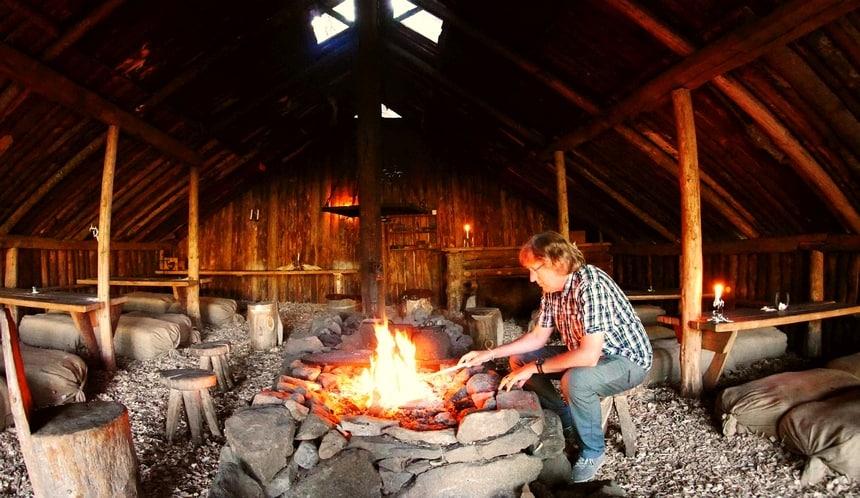 In Naturbyn kook ik boven een open vuur.