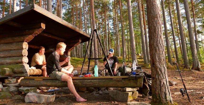 Een groep Deense hikers overnacht aan een meer in een primitieve shelter.