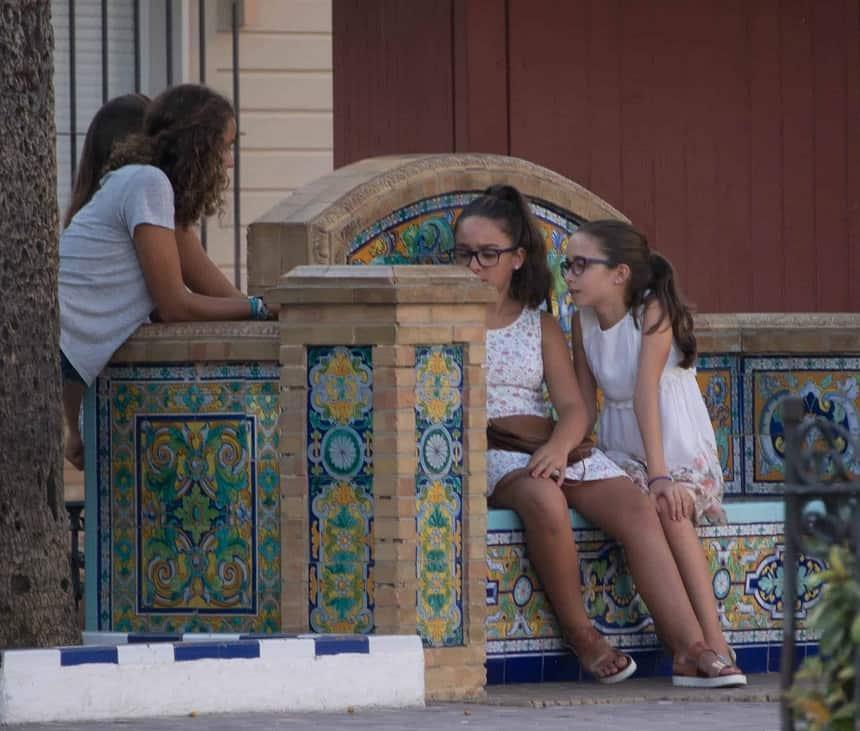 De pleintjes met fraai betegelde banken vormen de ontmoetingsplekken in Ayamonte