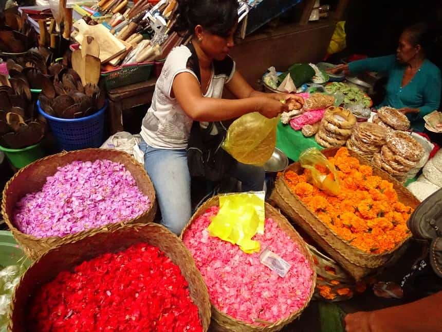 Op de markt worden elke dag bloemen en bladeren verkocht voor de offers die elke dag gemaakt worden door de Balinezen.