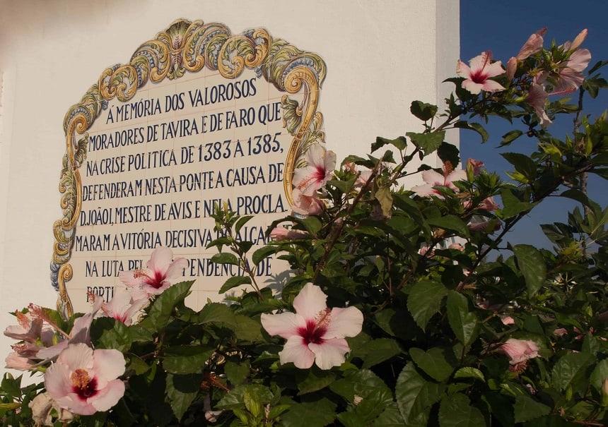 Bloemen en tegels in Tavira