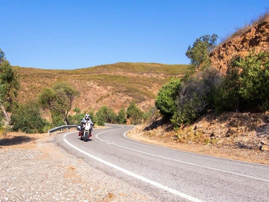 Heerlijke bochtige weggetjes in het binnenland van Portugal ten noorden van de Algarve