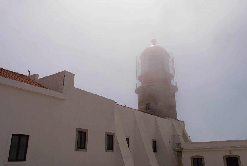 Cabo de Sao Vicente: de vuurtoren doemt langzaam op uit de mist