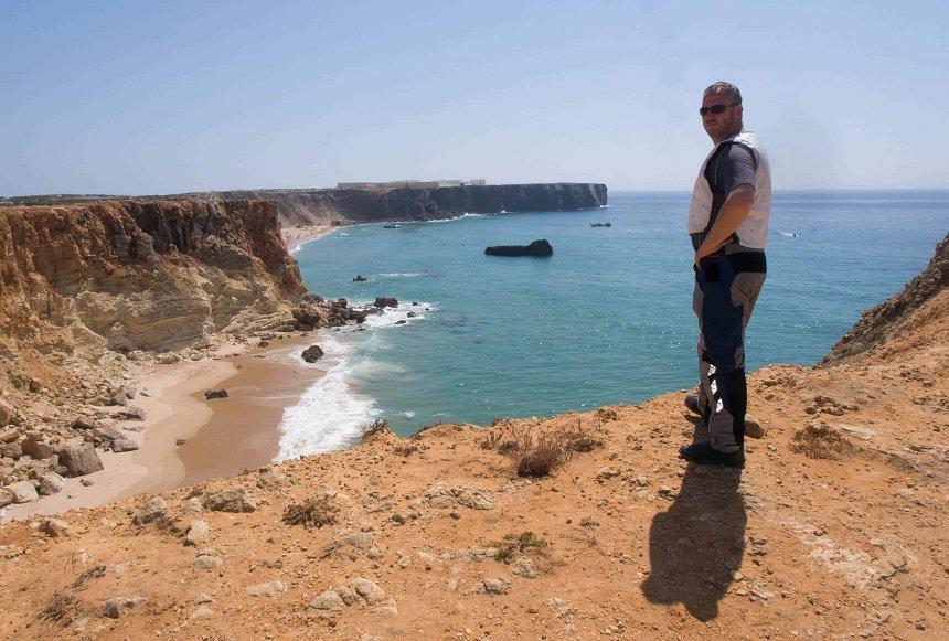 Steile rotsen langs de kust bij Fortaleze do Beliche op de weg naar de punt