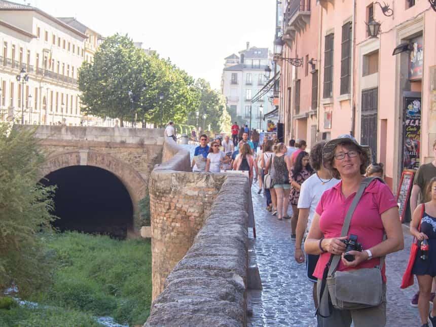 De toerist uithangen in Granada (achterzijde Alhambra)
