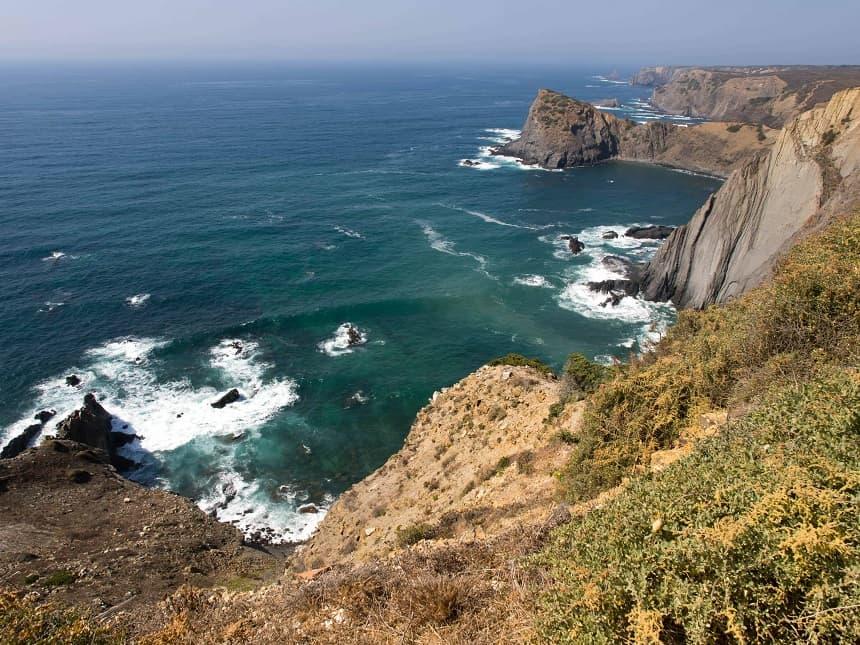 Vanuit het westen beuken de golven van de Atlantische Oceaan op de kust