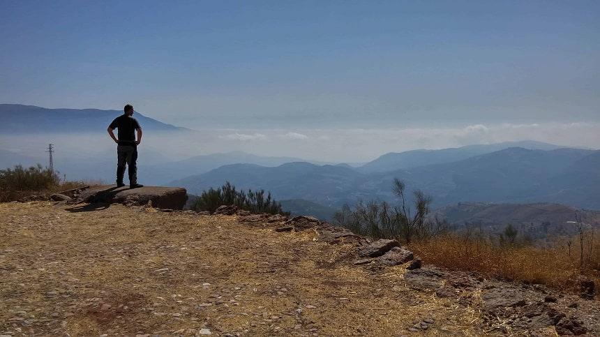 Uitzicht over de ochtendnevel in de Sierra Nevada