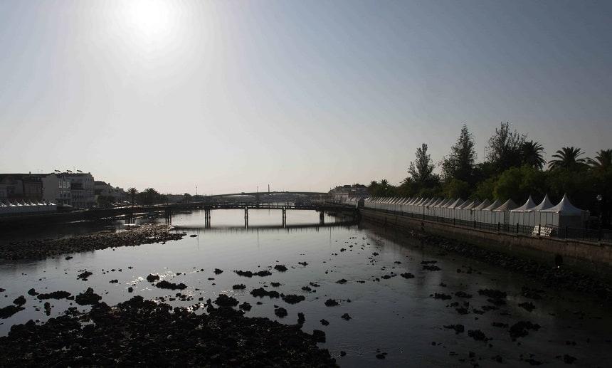 De rivier de Gilão door Tavira