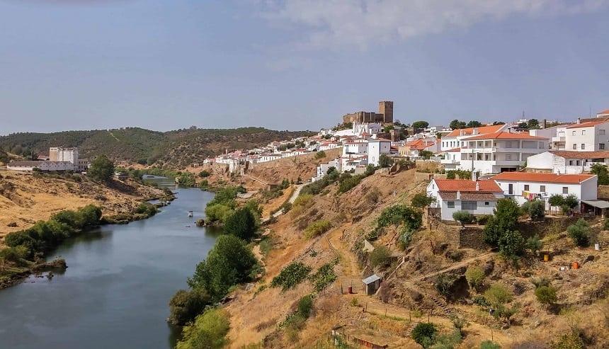 In het achterland van het zuiden van Portugal liggen fraaie witte dorpjes met kerken en kastelen