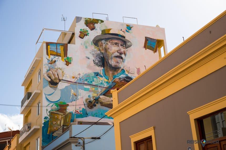 Streetart in een willekeurig zijstraatje in Santa Cruz