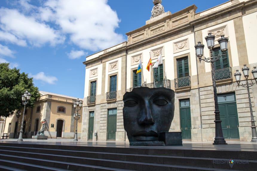 Het sculptuur van Igor Mitoraj voor de ingang van het Guimera theater