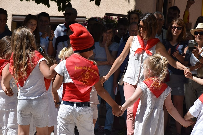 Kinderen dansen de Sardana tijdens Focs de Sant Joan
