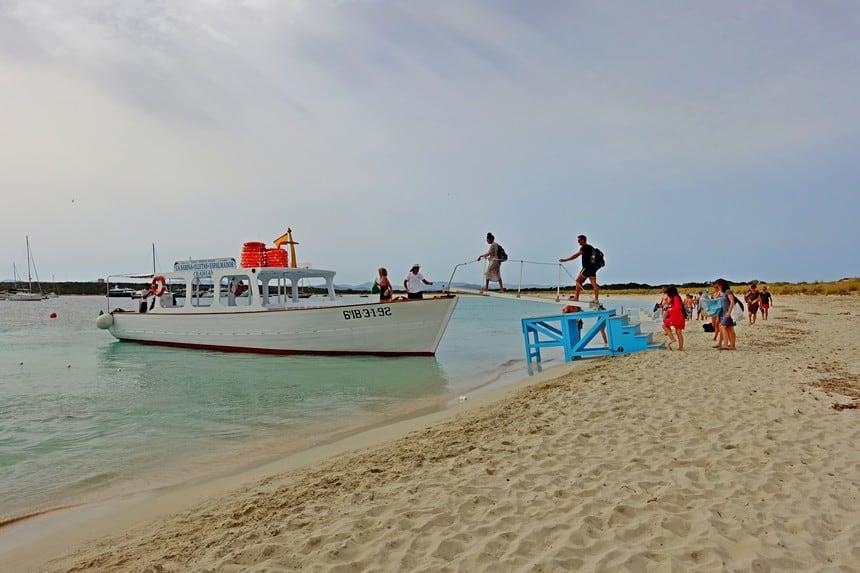 Bootje bij het strand van het onbewoonde eilandje S'Espalmador