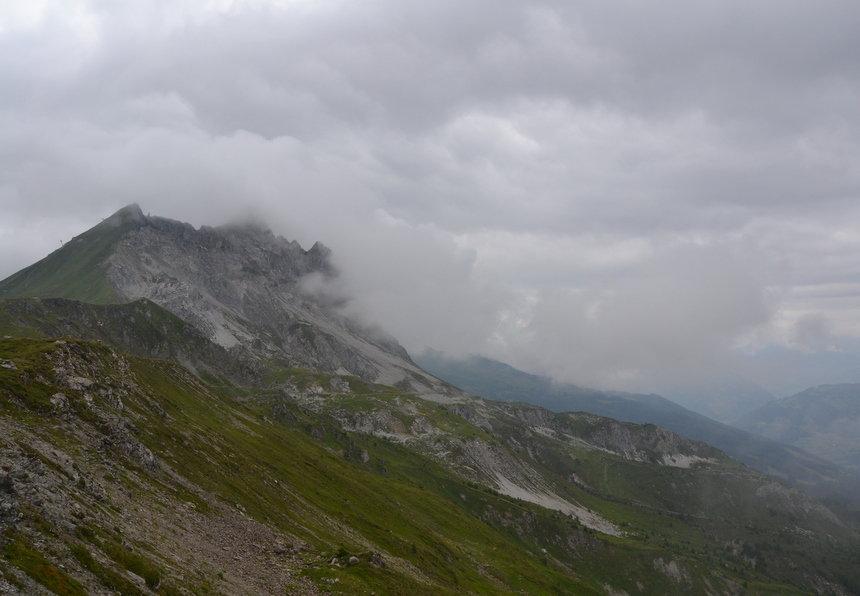 De bergen rond Klosters zijn gehuld in een verkoelende mist