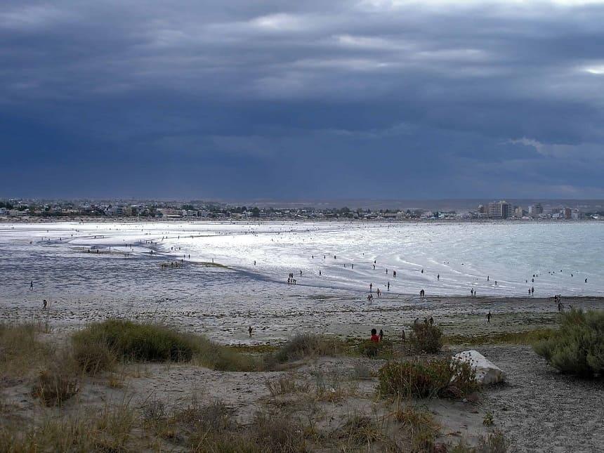 De baai van badplaats Puerto Madryn
