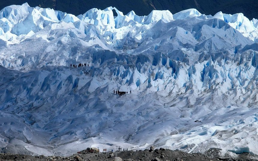 Groepen op rondtocht over de Petito Moreno Gletsjer