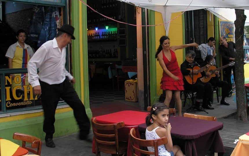 In de wijk La Boca in Buenos Aires wordt de tango op straat gedanst met live muziek erbij