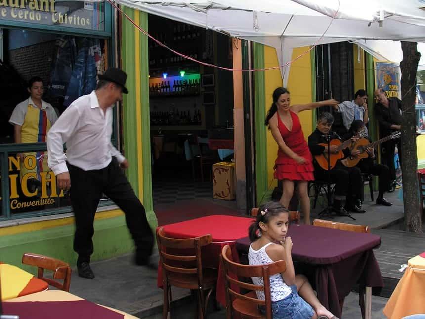 Tango met live muziek op straat in La Boca in Buenos Aires