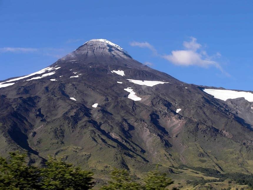 Vulkaan Lanin vanuit de bus op weg naar Pucon