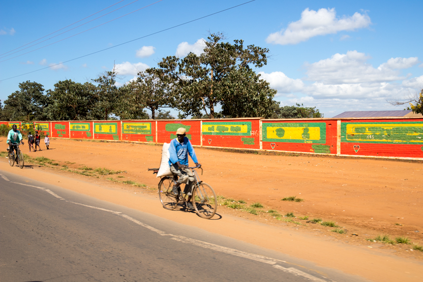 Langs de weg in Malawi kom je voortdurend fietsers tegen